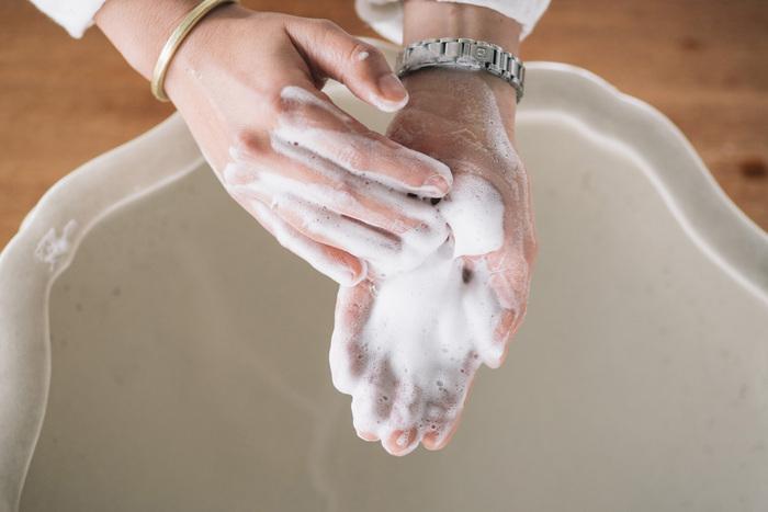 せっけんシャンプーは天然の動物・植物性の油脂を用い、シンプルな成分と製法で作られています。環境にも優しく、排出されたあとすぐに分解されるから自然環境へ過大な負荷をかけません。洗浄力が強くさっぱりとした使用感で、使い続けることで合成シャンプーによるコーティング剤が洗い流され、髪本来の美しさを取り戻します。