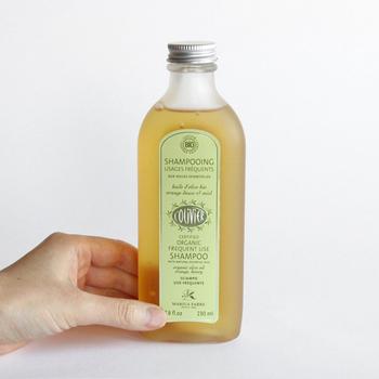 """300年もの歴史を持つマリウスファーブル社の有機オリーブオイルで作られたシャンプー。ブランド名の「L'olivier(ロリヴィエ)」はフランス語で""""オリーブの木""""を意味します。素材の95%〜100%は天然由来成分で、植物性のものを使用。天然保湿成分のオレイン酸がたっぷり含まれて、しっとり肌に洗い上がるから乾燥肌の人にもオススメ。"""
