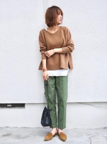 浅く緩やかなVライン、裾に向かって広がったシルエットの「Vネックニット」は、上品かつやわらかな印象に仕上がるアイテム。ファッションの専門家によると、少し赤みがかった色味のベージュは肌なじみが良いのだとか。  どんなコーデにも合わせやすいベージュニットは、1着持っていると重宝します。