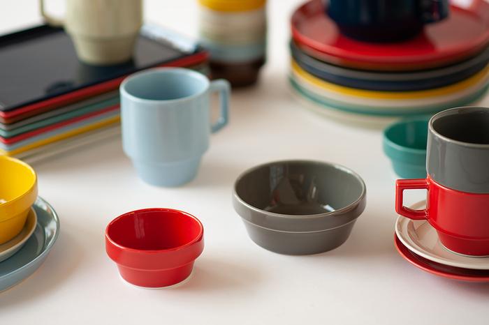 """波佐見焼の食器ブランドを運営する「マルヒロ」の""""HASAMI""""シリーズは、シンプルで実用的な形とカラフルな色が人気。50~60年代のアメリカの大衆カフェで使われていた丈夫で機能的な食器をイメージして作られています。"""