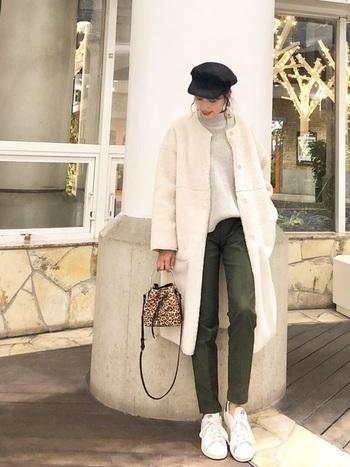 ボリュームのあるもこもこコートには、ZARAのスリムパンツをあわせて。程よくストレッチのきいたパンツは足を細く長く見せてくれます。白スニーカーでカジュアルダウンしているのがおしゃれです。