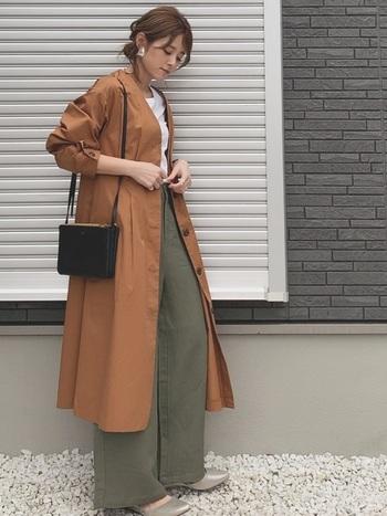 GUで人気のリネンブレンドワイドパンツ。ブラウンのノーカラーのコートを羽織って、ナチュラルで落ち着きのある着こなしに。靴のシルバーがさりげないコーデのアクセントになっていておしゃれ!