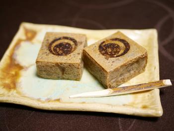 四国の鳴門金時芋を使ったお菓子づくり一筋、創業80年あまりの老舗「栗尾商店」。常設ショップは東京駅のグランスタ店のみなので、ここでしか買えないものばかり。職人さんが一つひとつ手作りした芋菓子は見た目も上品で渡す相手を選びません。