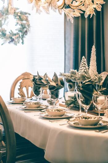 その名のとおり、見せるためのお皿。食事に招いたゲストをおもてなしするときに、テーブルにははじめ、目を楽しませてくれる、華やかなデザインのお皿―― このショープレートを置いてセッティングします。たいてい大皿で、陶磁器に限らず、ガラス、レザー素材のものもありますよ。