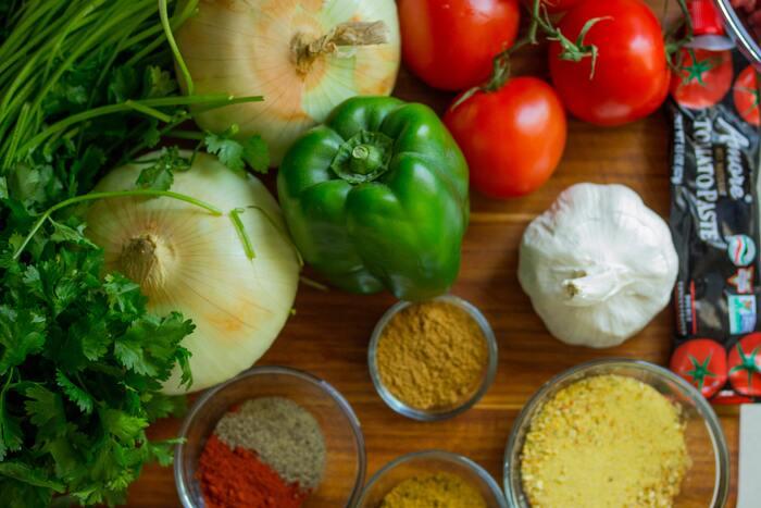 オーガニック野菜は、種まきの2年以上前から農薬や化学肥料を使用していない土地で栽培されます。土づくりから丹精込めて、自然本来の土壌から育てられた野菜には、自然のエネルギーが含まれています。  大量生産された野菜よりも栄養価が高く、自然そのもののパワーを吸収できるので、体本来の理想のバランスを整え、自然治癒力を高めてくれるので体に良いとされています。