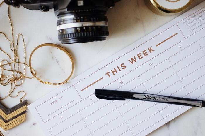 大人の時間割は、月曜日から日曜日までの1週間とし、やるべきことの全体が把握できるように簡潔に書きましょう。スパンの長い仕事も1週間ごとに分解すると作業計画が立てやすいでしょう。