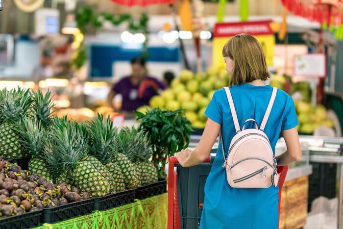 最近では、一般的なスーパーなどでも、有機JASマークがついた食品を見かけることがありますが、まだまだその数は多くありません。少しずつでも日々の食事をオーガニックに切り替えていきたいなら、「自然食品店F&F」などの自然食品店や高質スーパーがおすすめ。「自然食品店F&F」では、お店が近くになくても通販も行なっているので、気軽にオーガニック食材を手に入れることができますよ。