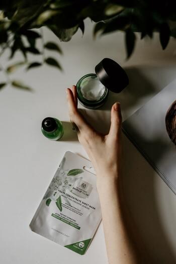 手のケアでもやっぱり保湿が重要です。こまめにハンドクリームで保湿できればいいですが、なかなか難しいのが現実。せめて夜だけでも、しっかりケアしてあげましょう。顔回りと同じように、化粧水で潤いを与えクリームでしっかり保湿します。