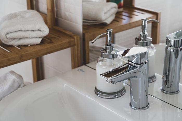 手を洗った後、水分をしっかり拭き取るだけでも、乾燥予防になります。清潔なハンカチやタオルで、やさしく手を拭きましょう。念入りな手洗いが必要な今だからこそ、意識したいポイントです。