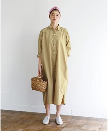 たとえばこちらのシャツワンピース、体のラインを拾わないデザインで一枚でも安心して着られそうです。足元が気になる場合は、レギンスをレイヤードすることでより安心して着ることができますね。