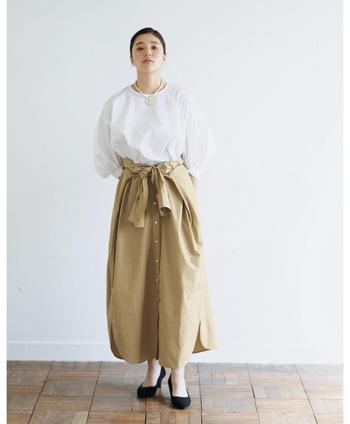 こちらは同じシャツワンピースですが、袖の部分を腰にきゅっと巻きつけてウエストマーク。ふわりとしたブラウスと合わせるとメリハリのあるコーデになり、スタイルアップが叶います。