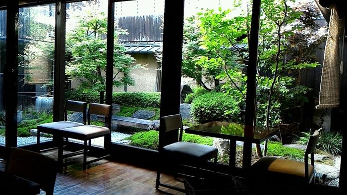 町屋の面影を残しつつもモダンな雰囲気を醸し出している店内は、落ち着いた居心地の良い空間となっています。また、お食事をいただく席からは、美しい和風庭園を見渡すことができます。