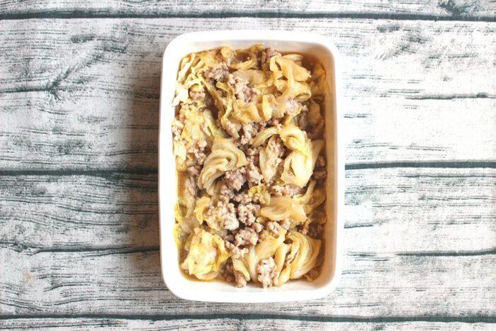 ひき肉を加えて作る肉みそは、作り置きにおすすめです。他の野菜を加えて炒め物を作ったり、そのまま食べたり、メインにも副菜にもなります。電子レンジで作れる簡単レシピなので、ぜひ試してみてください。