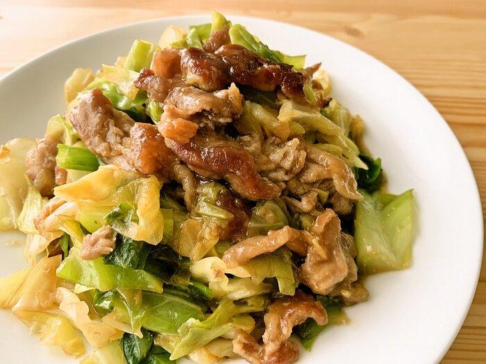 キャベツ×豚肉の炒め物は、お弁当にも普段のおかずにも使える定番の組み合わせ。こちらの生姜炒めの他にも、味噌、にんにく、醤油、塩、バター、タレ、マヨネーズ、カレー粉、キムチなど、味付けもアレンジ自在です。もやし、玉ねぎ、卵など他の食材を加えてもOK!簡単で節約にもなるおかずです。