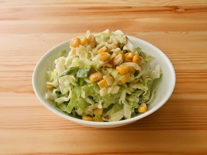 キャベツの副菜と言えば、コールスローを思い浮かべる方も多いのではないでしょうか。こちらのレシピでは、作り置きを考慮し、熱湯にさらすひと手間をプラス。味も染み込みやすくなり、よりおいしくなるんです。コーンの他に、ニンジンやきゅうり、ハムなどを入れてもOK!お弁当の彩り付けにも良さそうです。