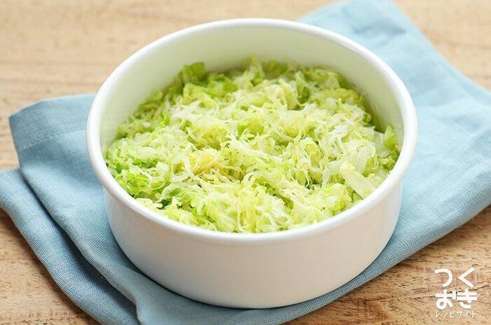 キャベツを使った副菜作りは、千切りキャベツを使った塩もみキャベツを覚えておくと便利です。トマトやブロッコリーなどを合わせてサラダにしたり、おかずの下に敷いたり、この後ご紹介する副菜レシピに活用したり、いろいろ使えます。