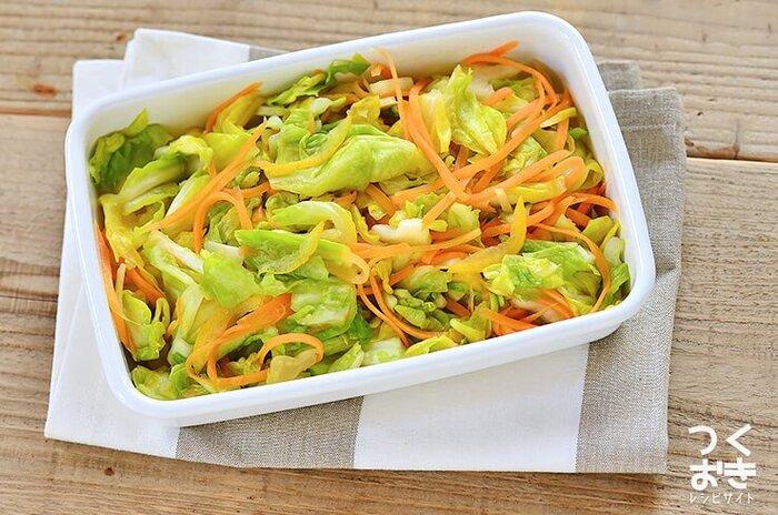 お弁当を作る時いつも、彩りに悩んでしまうという方には、こちらの浅漬けのレシピがおすすめ!キャベツとにんじんのおかげで、これ1品プラスすれば彩り豊かに仕上がります。ゆずや生姜の香りがアクセントになった、さっぱり味の副菜です。