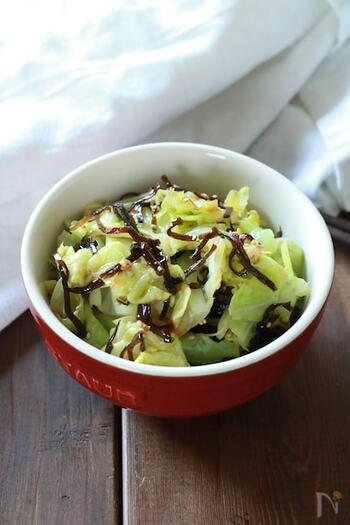 塩昆布和えも、作り置きの副菜作りによく使われています。キャベツを塩昆布で和える時は、ちょっぴり加熱するのがポイントです。キャベツは手でちぎってOKだから、包丁要らずで楽々♪ごまを散らせば風味も見た目もアップしますね。