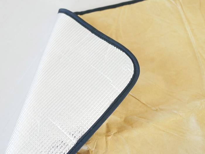 生地は軽さと丈夫さを兼ね備えながらも通気性があって水にも強い、アメリカのデュポン社の「タイベック」を使用。裏地にクッション性のある素材を挟むことで、適度な厚みがあり長時間座っても疲れにくい。熱を通しにくいアルミ素材なのでオールシーズン使用できます。
