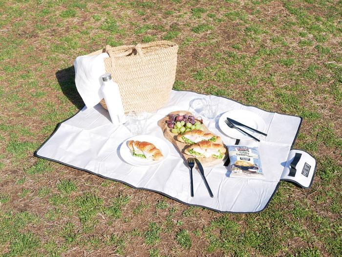 ピクニックやアウトドアシーンに欠かせないのがレジャーシートですよね。こちらは、まるでクラフトペーパーみたいなおしゃれなレジャーシート。