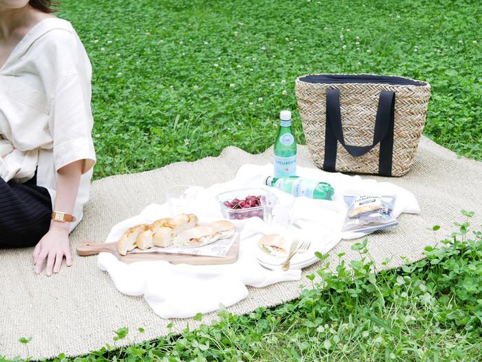 バッグの内側は保温・保冷に優れている全面EPE発泡シート素材。汚れたり濡れてしまってもサッと拭けてお手入れ簡単。メッシュポケット付きなので、保冷剤入れや小物入れとして使えます。暑い日に冷たい飲み物やフルーツなどを入れても安心ですね。