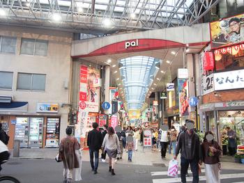高円寺にも南北に大きな商店街があり、買い物環境は抜群です。個性的な飲み屋さんやカフェ、そして古着屋さんがとにかくたくさんあるので、深く掘り下げようと思うと、いくらでも魅力的な場所が見つかりそう。住宅街へ向かう途中に商店街を通って帰る形になるので、便利で安全なのも高ポイントです。