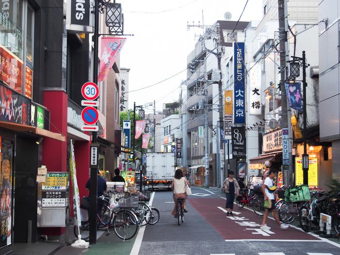 駅周辺に大きな建物はなく、落ち着いた住宅街がメインとなっています。スーパーやチェーンの飲食店などはちらほらあるので、最低限の買い物には困らない程度。