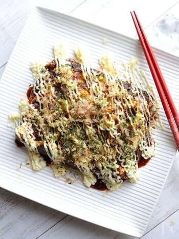 お弁当のマンネリ感にお悩みなら、キャベツ焼きを持って行ってみませんか?卵とキャベツがベースになった、お好み焼き風のおかずです。卵焼き用のフライパンで作れば、形もきれいに。細切りのキャベツを使えば、ふんわり焼き上げることができますよ。