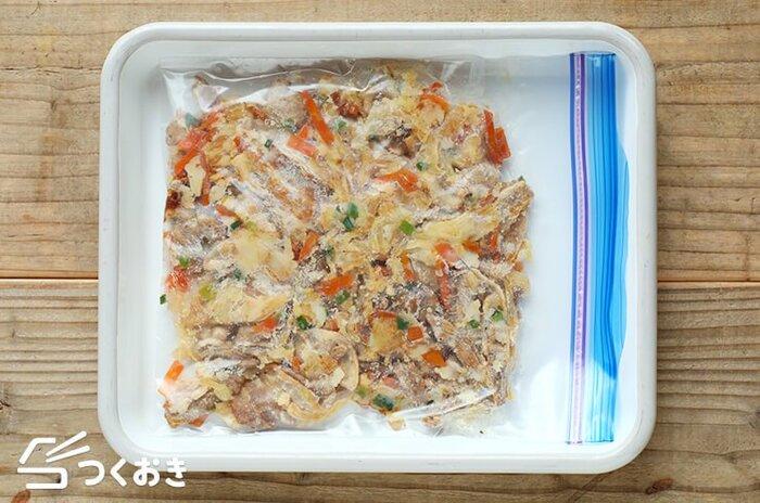 炒め物おかずも冷凍保存することができます。ただしキャベツのような葉物野菜は、冷凍すると水分が出てしまうので、作る時、できるだけ細く小さく切るのがおすすめです。しっかり炒めて水分を飛ばすこともポイント。1回分ずつ小分けにし、しっかり空気を抜いて冷凍しましょう。