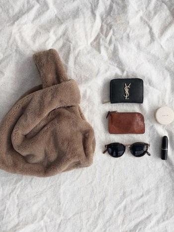 かわいらしいファーバッグの中身は、小さな財布にキーケース、サングラスにお直し用のコスメ2点のみ!それぞれのアイテム選びもとっても素敵で、センスが光りますね。