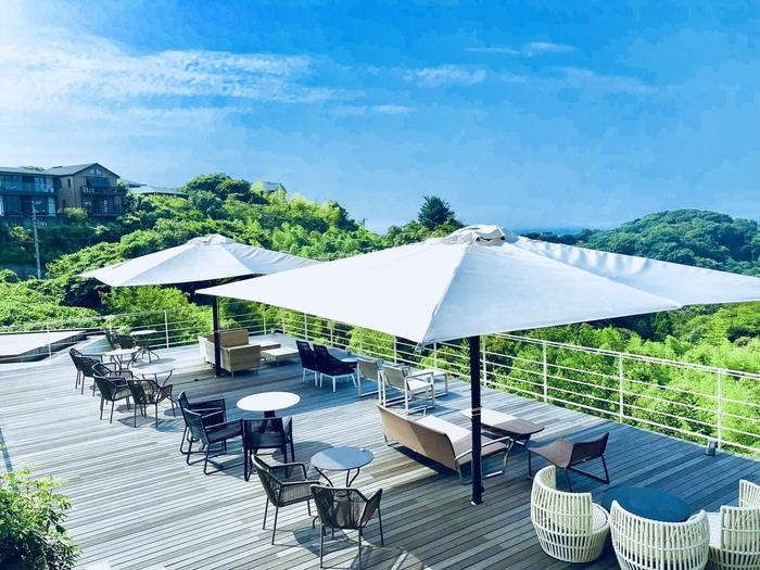 このように、相模湾を臨める絶景のカフェです。空も景色も独り占め気分を味わうことができます。最近では雑貨類も取り揃えているので、ケーキを食べつつお買い物も楽しめますよ。