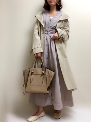 ラベンダーカラーのシャツワンピースにオフホワイトのフラットシューズを合わせたフェミニンコーデ。アウターやバッグも同色系にすると、きれいめで上品な雰囲気にまとまります。