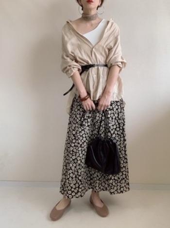シアーシャツとシックな花柄スカートには、ベージュのフラットシューズで大人っぽい雰囲気に。ベージュ、白、黒の3色でまとめて統一感を出したスタイリングです。