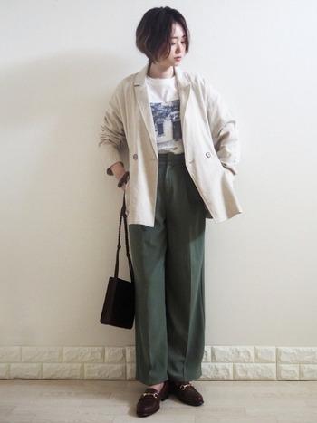 テーラードジャケット×スラックスにビットローファーを合わせたマニッシュスタイル。ジャケットとパンツにゆとりを持たせることで、今風のなれた印象に仕上げています。