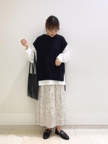 ふんわり優しい柄スカートにビットローファーを合わせてきちんと感をプラス。モノトーンカラーでまとめるときも、白の割合を多くすることで軽やかさを演出できます。
