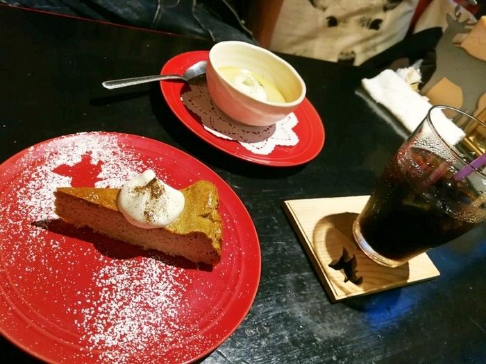 「ほうじ茶チーズケーキ」や、奈良県産のほうじ茶をふんだんに使用したオリジナルチャイ「ほうじ(茶)チャイ」がカフェの人気メニュー。遅くまで営業しているので、夜カフェにもおすすめです。
