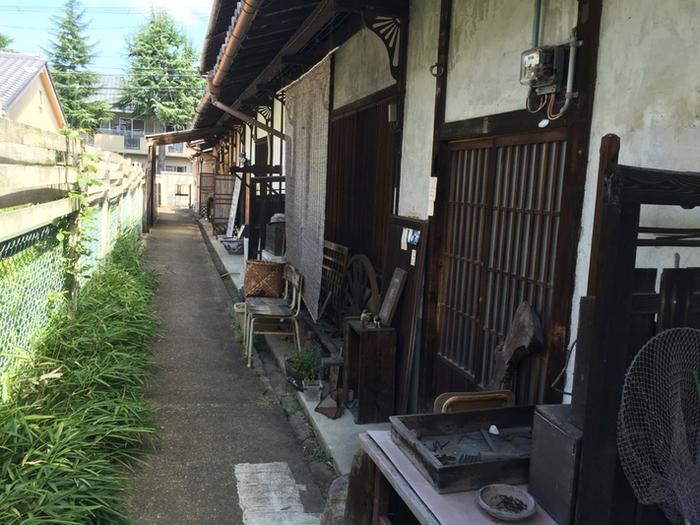 京終駅から車で10分ほどのところにある「カフェ南果(ナンカ)」。少し分かりにくいところにありますが、それがまたひっそりとした隠れ家のようで、趣きのある外観から期待が高ります。