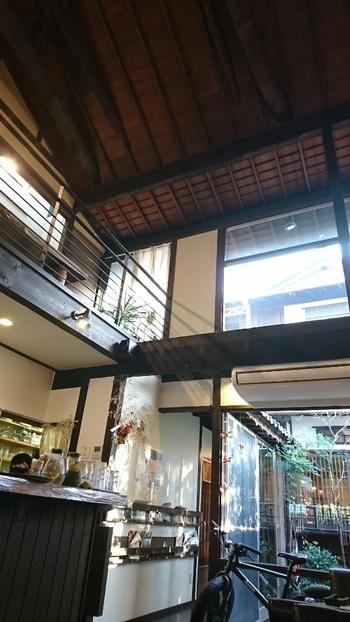 太い梁と高い天井が印象的な店内。大きな窓から差し込む光が暖かく、開放感抜群です。1階はテーブルとカウンター席、2階は和室で、ひとりでもお子さん連れでもゆったりと過ごせます。