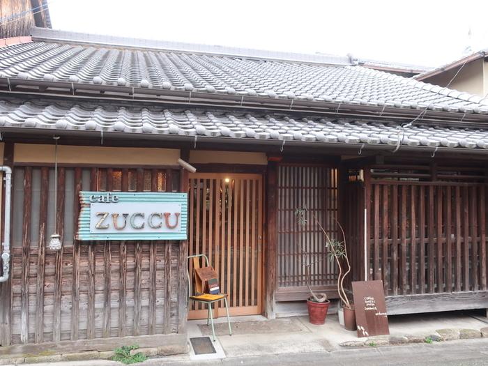 """高畑にある「カフェzuccu(カフェ ズック)」は、オーナー夫妻が""""奈良のいろんな景色や建物を見ながら、この場所まで足を運んでほしい""""という思いを込めてズック(靴)から名づけたお店。東大寺や新薬師寺にもほど近いので、奈良散策の途中で立ち寄るのにおすすめです。"""