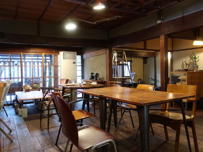 築150年の町家をリノベーションしていて、木の温もりが感じられます。アンティーク家具とのお店の雰囲気がマッチしたステキな空間。