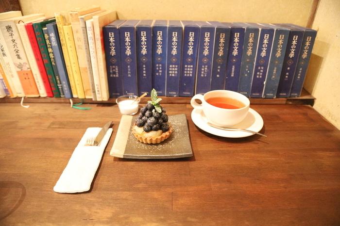 デザートは「季節のタルト」がおすすめ。ほど良い甘さとフルーツの酸味が人気です。ひとりで訪れたら、カウンターに置かれた文庫本を読みながら過ごすのも良さそうですね。早朝から営業しているので、モーニングにもおすすめです。