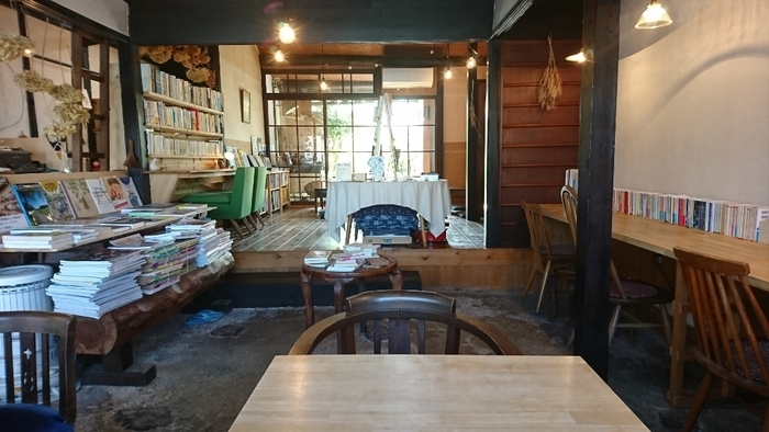 店内に置かれたたくさんの本は、蔵書の中からお店の雰囲気に合うものをセレクトしているそう。思い思いの時間を過ごしてほしいというオーナーのやさしさが伝わってくるようなお店です。