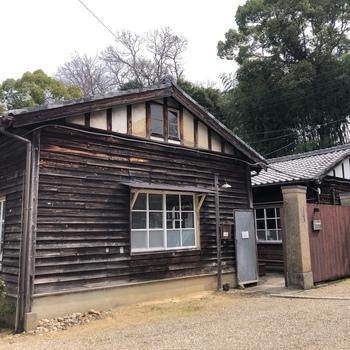 こちらは古民家ではなく、工場跡をリノベーションしたカフェです。その名も「工場跡 事務室(荷造室)」。1925年に建てられ、1980年にその役目を終えるまで、乳酸菌飲料や食用菌類の研究・製造を行っていたという、木造校舎のような建物が印象的。