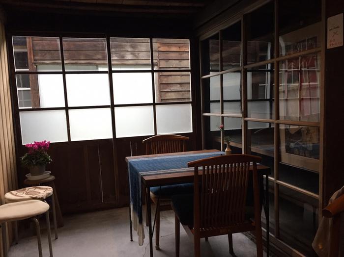 10畳ほどのカフェスペースは、事務や宿直に使われていた場所です。工場に残されていた備品をできるだけ残したという趣きのある空間は、まるで映画のワンシーンに登場しそうな雰囲気です。