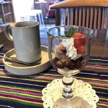 ぽってりとしたグラスに盛り付けられた桜あん入りのパフェがランチセットについてきます。レトロモダンなカフェで和スイーツをいただく、というのも古都・奈良ならでは楽しみ方のひとつではないでしょうか。