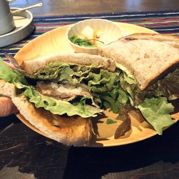 軽くトーストしたパンに具材をたっぷり挟んだ「パストラミサンドウィッチ」は、食べごたえがあるのでランチにぴったり。季節によって内容も異なるので、何度通っても楽しめそうです。