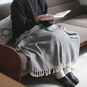 こちらはトルコ製の平織りタオル。ひざ掛けにストールにとこれからのシーズンに使いやすい素材感です。もちろんタオルとしても使えます。おしゃれなフリンジ付きでタオルっぽく見えないので、マルチに使えて便利♪