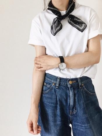 定番ブランドとして人気の「ヘインズ」の白T。袖口をロールアップすることで、軽やかな印象に。首元にバンダナを巻くなど、小物でひと工夫すると表情豊かなコーデに仕上がります。