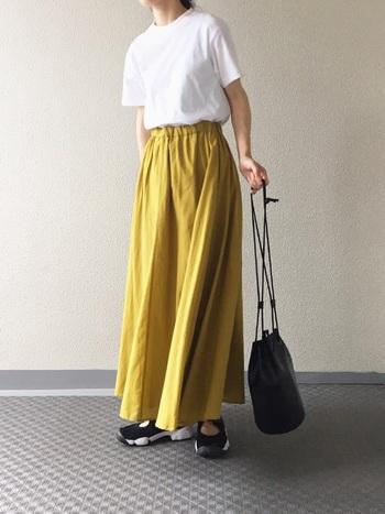 素材は「厚手」がおすすめ◎夏に活躍するボリューミーなロングスカートやワイドパンツとも相性が良く、大人の女性も素敵に着こなせます。  サイズは、少しゆとりのあるものを。体のラインをひろい過ぎず、上品に着こなせますよ。