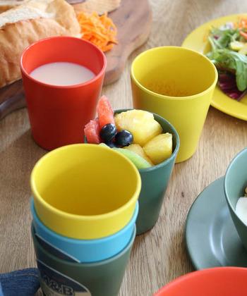 人気のインテリア雑貨のブランド「DULTON(ダルトン)」の、一式は揃えておきたいバンブーファイバーの食器「M&B」シリーズです。渋い色合いのグリーンに加えて、オレンジやイエロー、ライトブルーといったビビッドな色合いも。テーブルがパッと明るくなること間違いなしですね。